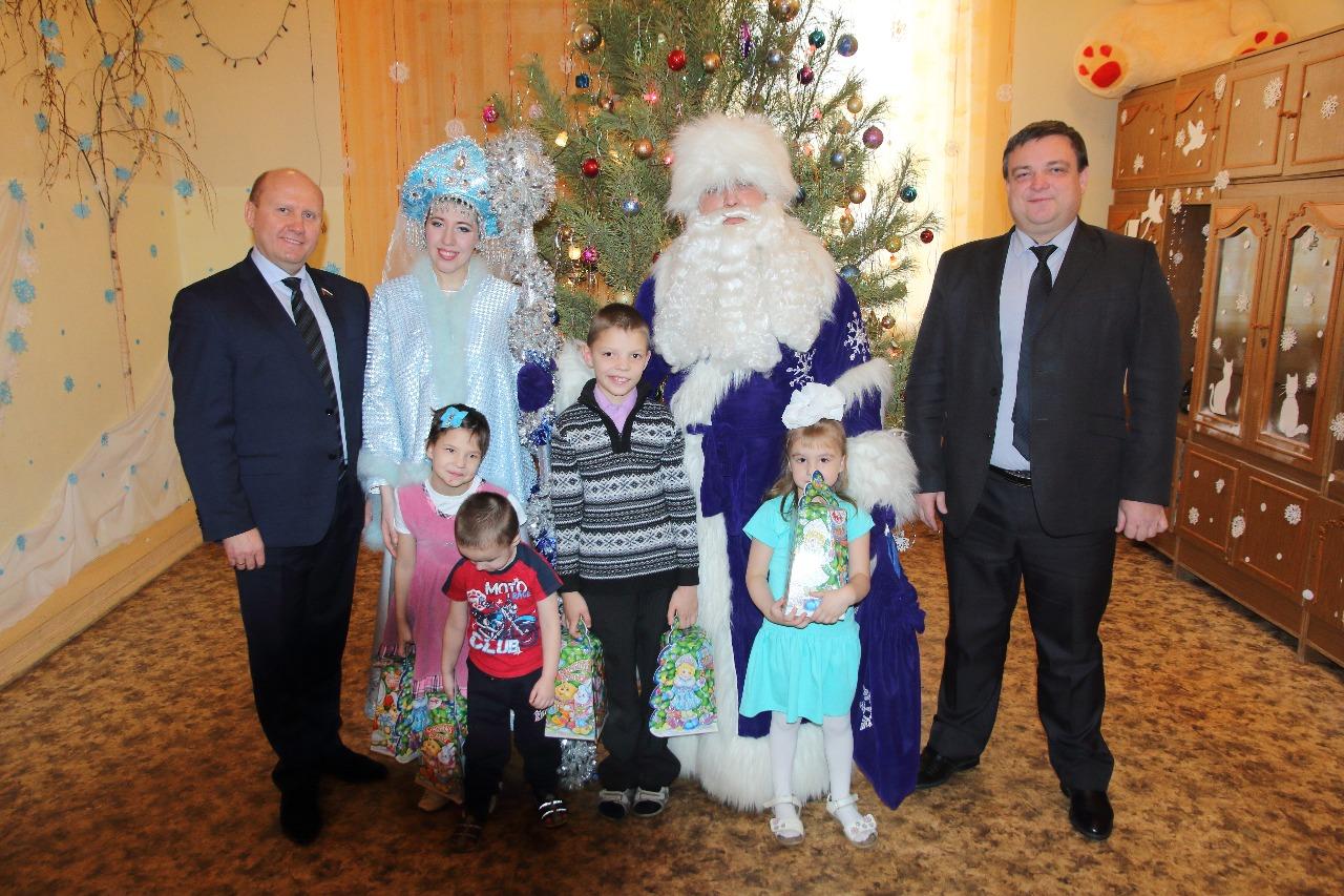 Вячеслав Космачев поздравил Никиту Копылова и спасённых малышей с Новым годом