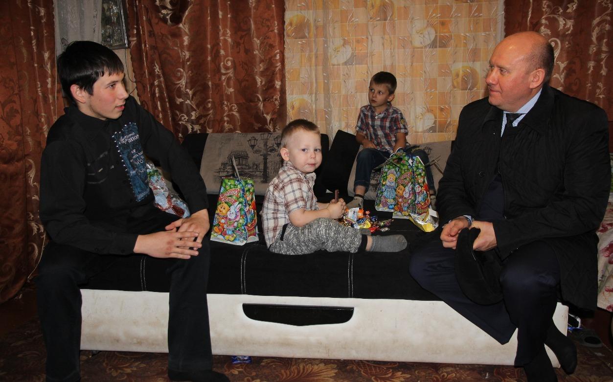 Вячеслав Космачев с Владиславом Красовских и его младшими братьями